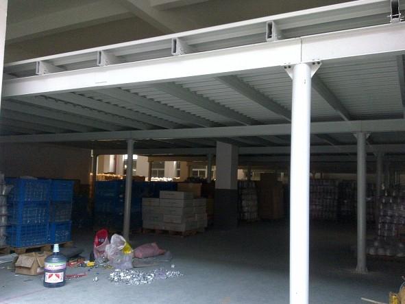 钢平台是仓库在规定范围内增加有效使用面积的解决方案之一,相当于建筑物的夹层作用。 现代钢平台结构形式多样,功能也一应俱全。其结构最大的特点是全组装式结构,设计灵活,可根据不同的现场情况设计并制造符合场地要求、使用功能要求及满足物流要求的钢平台。 主要的材料采用是由工字型钢优化发展而成的一种断面力学性能更为优良的经济型断面钢材H型钢,和新型的阁楼楼板型材,极大满足工程设计、制作需求及使用需求,并且成本经济。